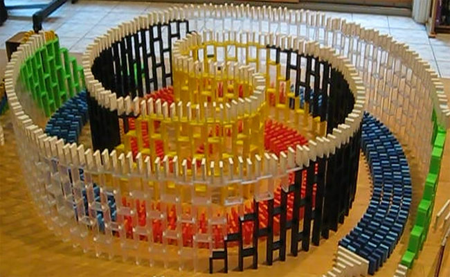 فنانة من عالم آخر : تشييد نسخ لمعالم من قطع الدومينو وهدمها بعد ذلك بطريقة مثيرة