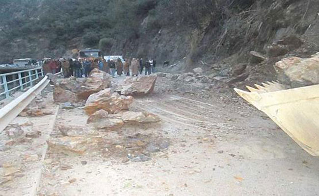 تعطل لحركة المرور بسبب الانهيارات الصخرية التي وقعت على الطريق الرابط بين الشفة و المدية