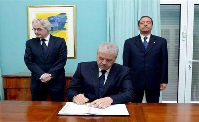 باسم رئيس الجمهورية، سلال يوقع على سجل التعازي بإقامة السفير الألماني بالجزائر إثر الاعتداء الإرهابي ببرلين