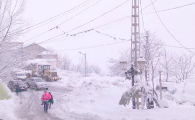 تساقط الثلوج يشل حركة المرور بعدة طرقات بتيزي وزو