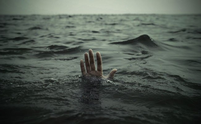 استخراج جثة شاب عمره 16 سنة  لقي حتفه غرقا بشاطئ الصابلات بالعاصمة