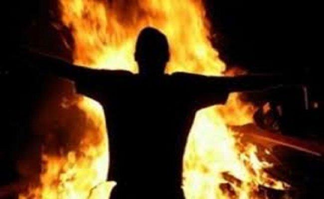 شاب يحاول حرق نفسه بسبب الحغرة و الزبونية والمحسوبية