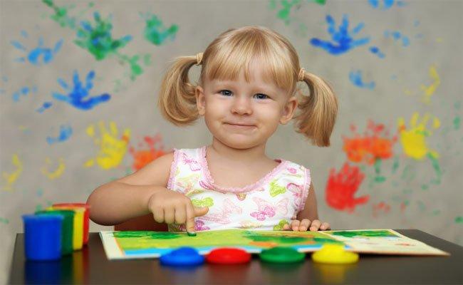 هل تؤثر الحضانة إيجاباً أم سلباً على نفسية الطفل؟