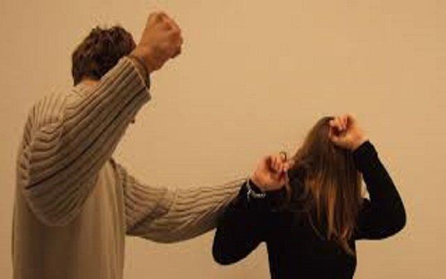 أمام المحكمة شخص يسكب مادة حارقة على وجه زوجته