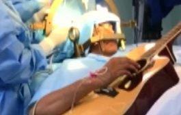فنان يعزف على الجيتار أثناء خضوعه لعملية جراحية دقيقة في الدماغ