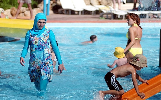 بسبب قيامها بالسباحة بالبوركيني تم تغريمها  بتكاليف تنظيف حمام سباحة