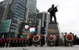 تمثال كبير تكريما لمخترع   تمثال كبير تكريما لمخترع بندقية كلاشنيكوف الشهيرةبندقية كلاشنيكوف الشهيرة