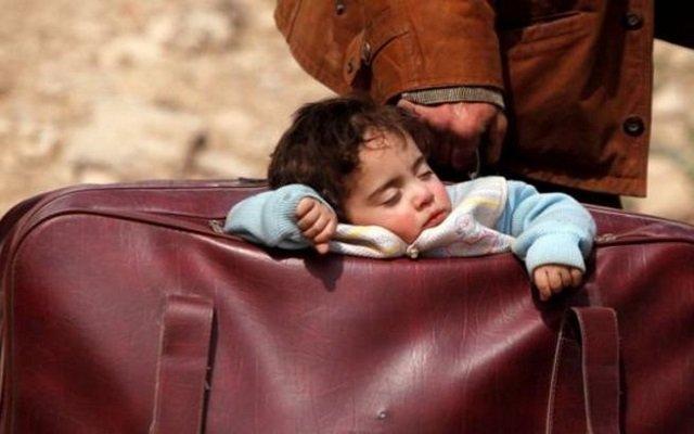 صورة طفلة الحقيبة تشعل الصحف العالمية والعالم يندد بمجازر الغوطة