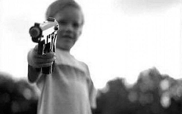بسبب لعبة فيديو طفل يقتل شقيقته بواسطة مسدس