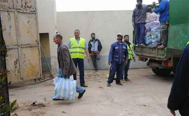 أي كرامة لفقراء الوطن عندما يتم توزيع قفة رمضان بواسطة شاحنات القمامة !