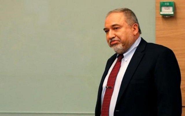 وقف إطلاق النار في غزة يتسبب باستقالة وزير الدفاع الإسرائيلي