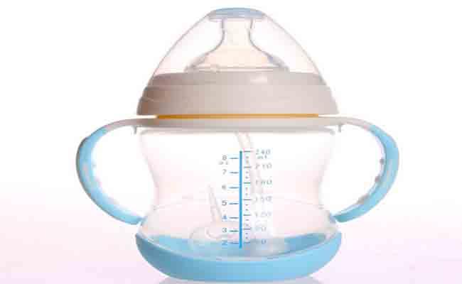 3 خطوات كفيلة بابقاء طفلك محميّاً من تلوث زجاجة الحليب