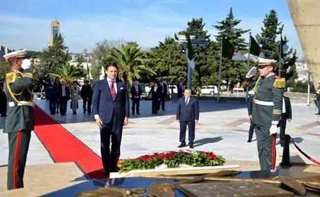 رئيس مجلس الوزراء الإيطالي يصل الجزائر و يترحم على أرواح شهداء الثورة التحريرية المجيدة