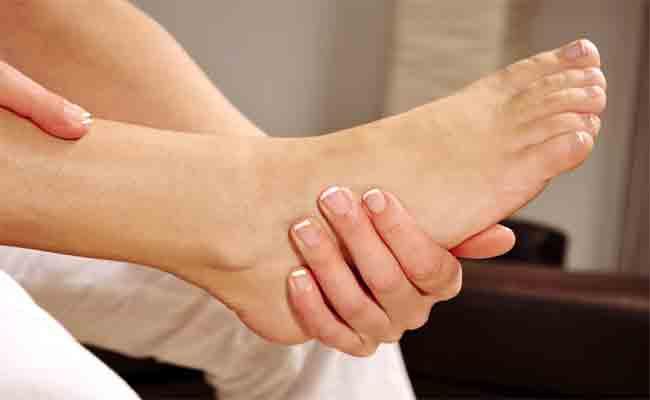 تشقق القدمين قد يتطوّر لحالة مرضية