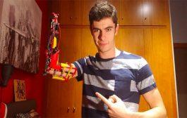 قام بصنع ذراع اصطناعية من Lego وسنه لا يتجاوز 19