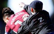 في الملعب مشجع يهاجم لاعب وسط أستون فيلا جاك غريليش