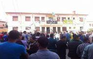 محتجون غاضبون على وفاة رجل لقي حتفه بعد سقوطه في مشروع للصرف الصحي يحاصرون بلدية شعبة العامر