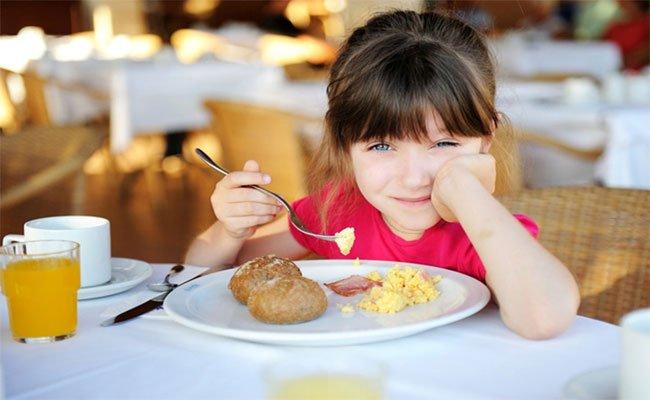 كيف تعلّمون أطفالكم إتيكيت الطعام؟