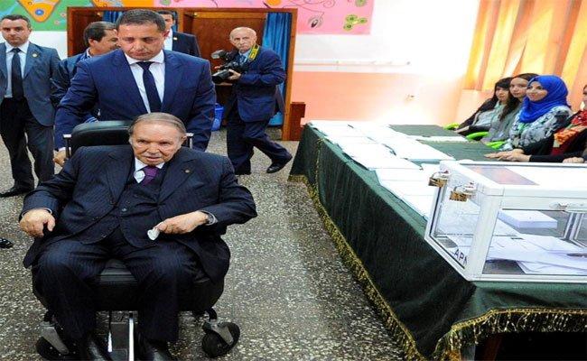 بوتفليقة يظهر و هو يدلي بصوته رفقة أفراد عائلته وسط تغطية إعلامية استثنائية