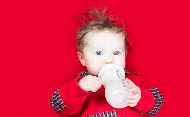 كم تبلغ كمية الحليب الصناعي المناسبة للرضيع؟