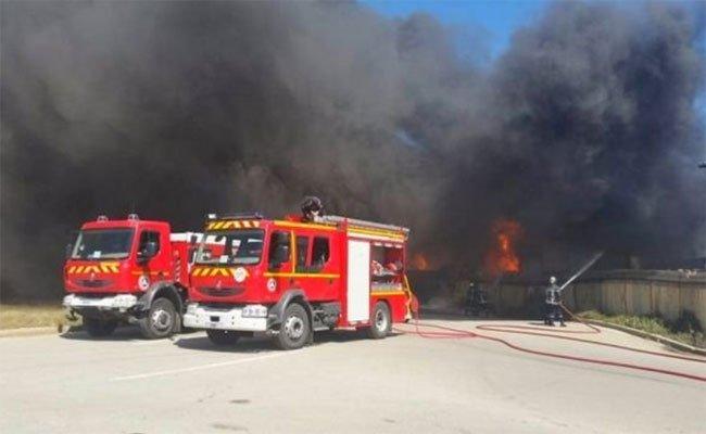 نشوب حريق مهول في مستودع لشركة