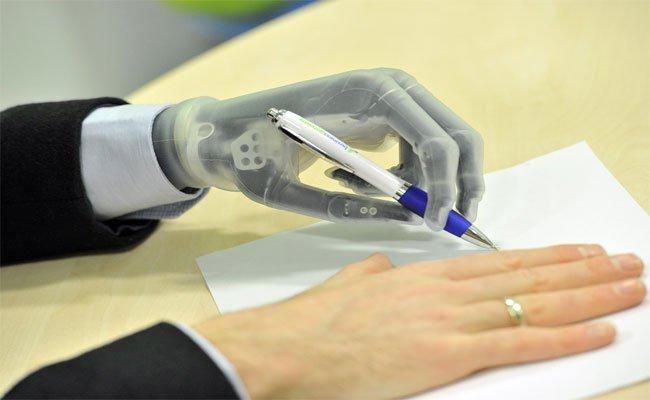 يد اصطناعية ذكية قادرة على التعلم والتعرف على الأشياء