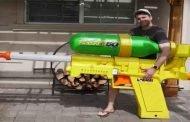 مسدس مياه قادر على قطع البطيخ وكسر الزجاج