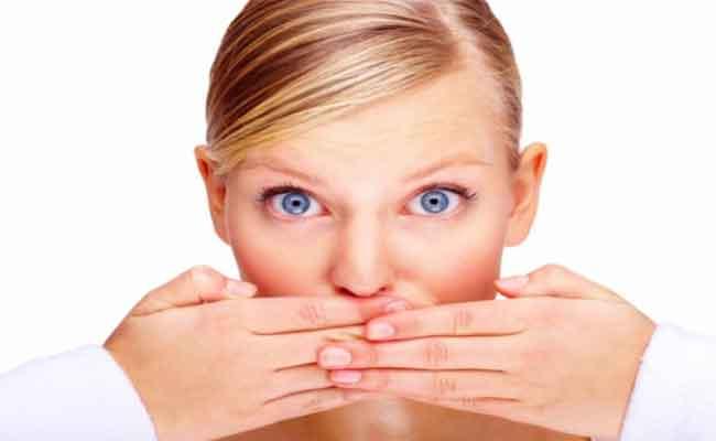 أطعمة موجودة في مطبخك تخلصك من رائحة الفم الكريهة