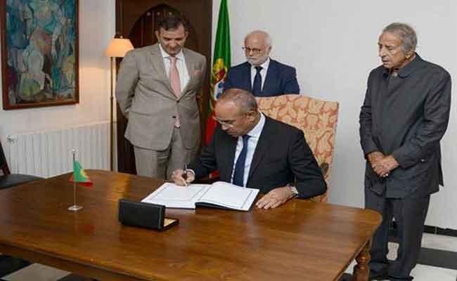 بدوي يوقع على سجل التعازي بمقر إقامة سفارة البرتغال على إثر الحرائق التي خلفت خسائر مادية و بشرية جسيمة