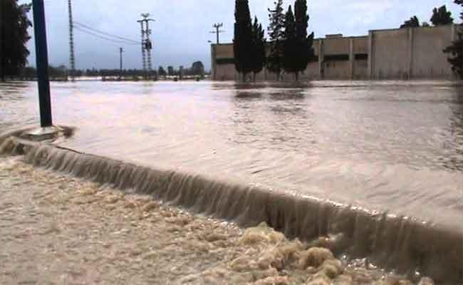 القيام  بعملية التنقية و التطهير للنقط السوداء بالطارف للوقاية من الفيضانات