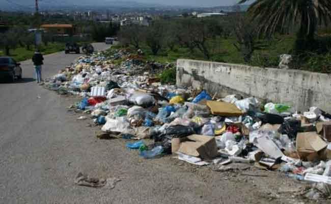 طريقة جديدة في الاحتجاج : مواطنون يغلقون الشارع الرئيسي بالأزبال احتجاجا على تراكم النفايات!