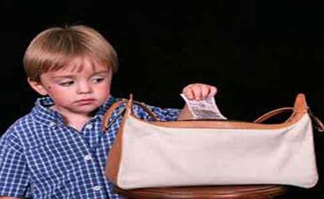 6 أسباب قد تدفع الطفل إلى السرقة... ما هي؟