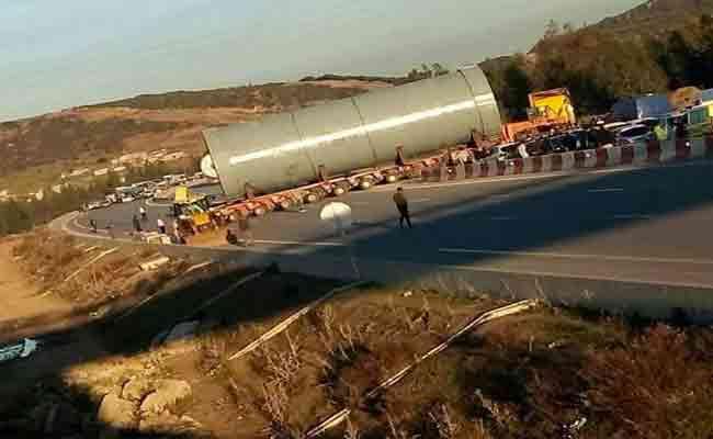مقتل شخص و إصابة 13 آخرين في حادث اصطدام 26 سيارة و شاحنة بالطريق السيار بسكيكدة
