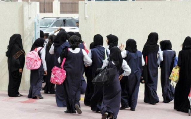 حارسا مدرستين للبنات يتبادلان إطلاق النار أمام التلميذات