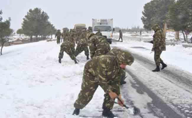 الجيش يفك العزلة عن المواطنين و يفتح الطرق المقطوعة بسبب التقلبات الجوية