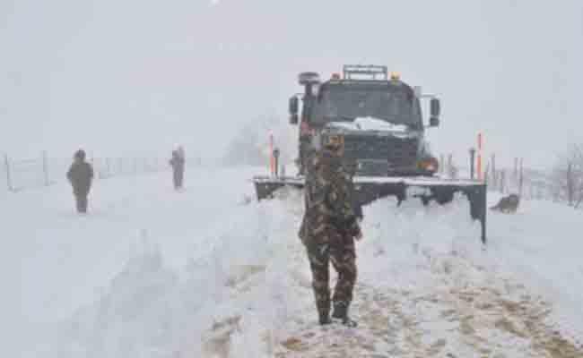 التساقط الكثيف للثلوج بولاية البيض يتسبب في غلق عدد من المحاور بالطرق الوطنية