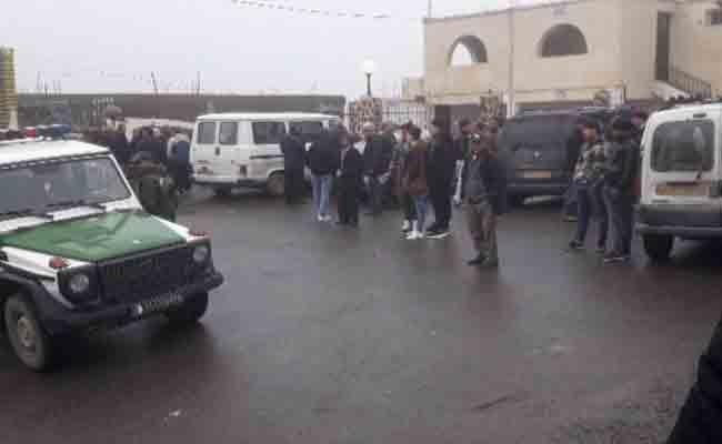 العشرات من سكان قرية بتيزي وزو يتصدون لشخص حاول هدم مسجد لبناء ممر !