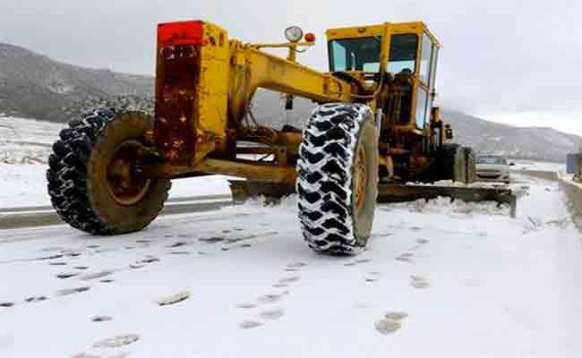 تدخل مصالح الأشغال العمومية عبر 18 ولاية لفتح المحاور المقطوعة جراء تساقط الأمطار و الثلوج