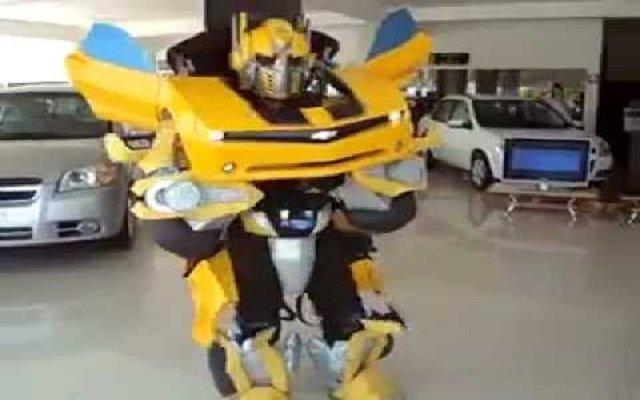 الخيال يصبح حقيقة رجل آلي يتحول إلى سيارة