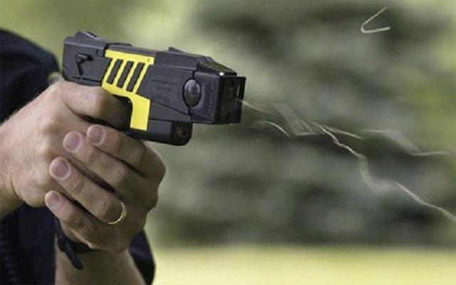 أم توقظ ابنها لحضور الصلاة في الكنيسة بواسطة مسدس صاعق