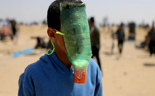 لمقاومة غازات الصهاينة أطفال فلسطين يبتكرون كمامات يدوية