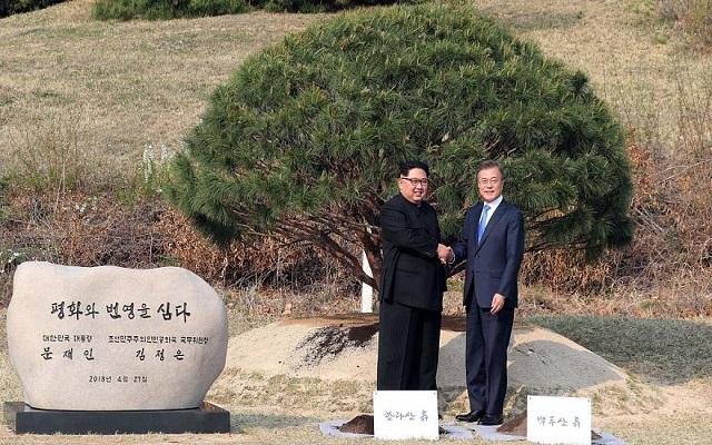 في لحظة تاريخية اجتمع زعيما الكوريتين