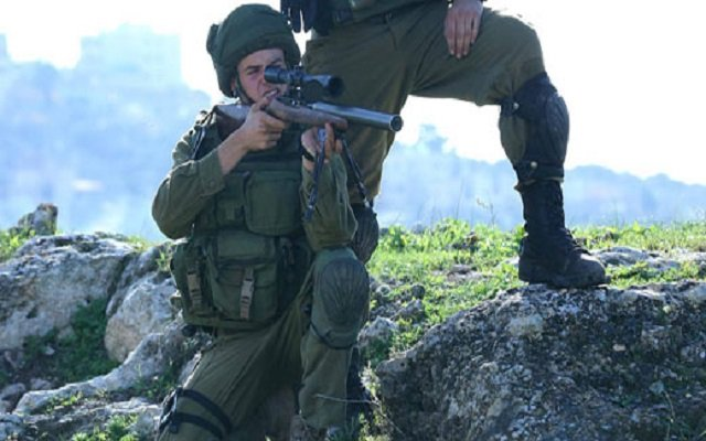 جنود صهاينة يقنصون فلسطينيا وهم يضحكون كأنهم قنصوا خنزيرا بريا