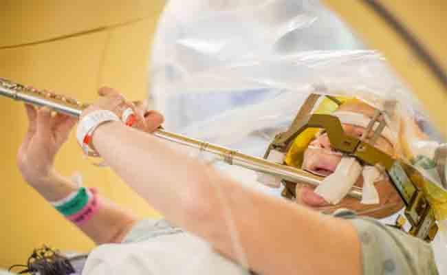 طلب منها عزف الناي أثناء إجرائها لعملية جراحية لدماغها