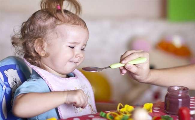 طفلك يرفض تناول طعامه؟ اليك بعض الحيل المفيدة!