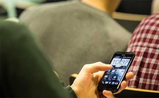 فرنسا تود منع استعمال الهواتف الذكية في المدارس والإعداديات