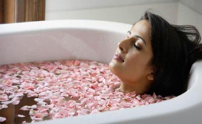 حمامات منزلية لتفتيح بشرتك طبيعياً