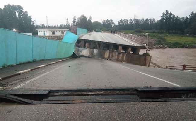 انهيار جسر بسبب الأمطار الغزيرة التي تهاطلت على المدية