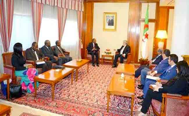 الوزير الأول أويحيى يستقبل وزير العلاقات الخارجية لجمهورية انغولا