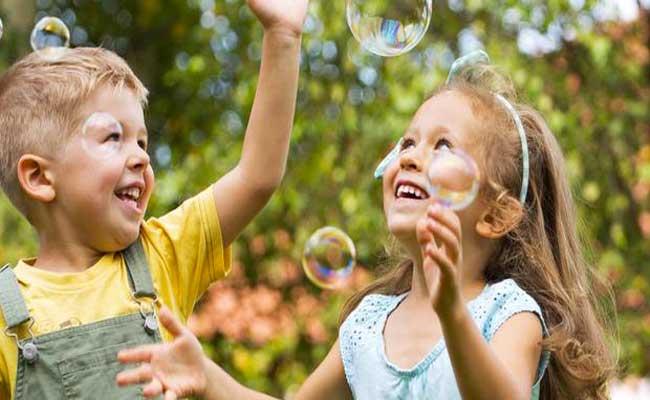 اللّعب خارج المنزل ضروريّ لطفلكِ... لكن كيف تحافظين على سلامتِه؟
